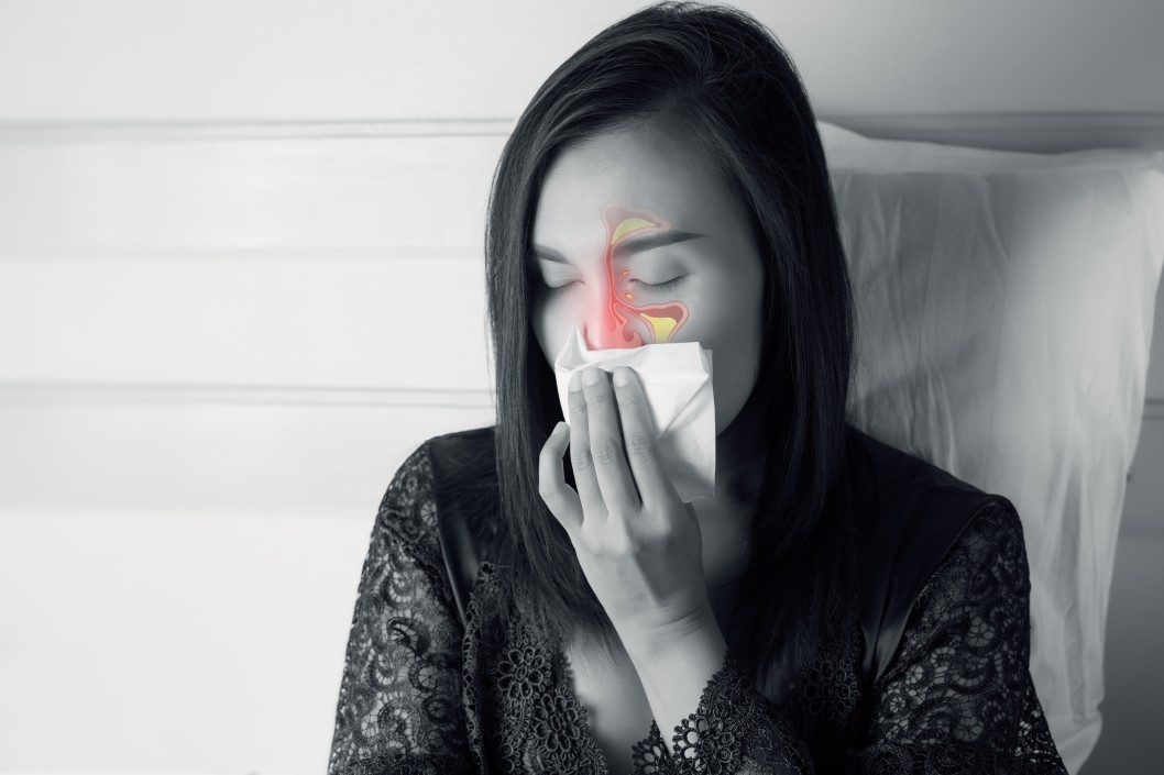 Frau mit Hausstauballergie